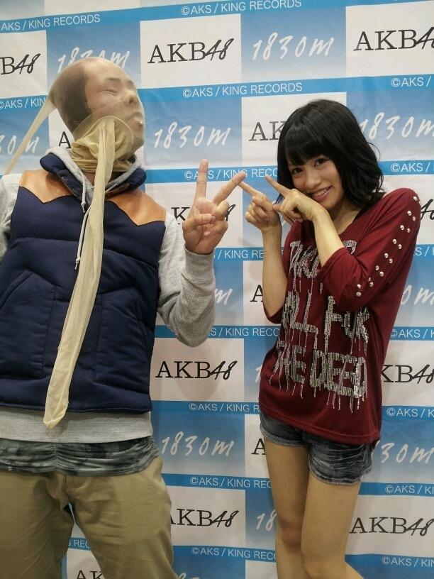 変質者! SKE48写メ会でストッキングを被って山下ゆかりと撮影するオタク(笑)