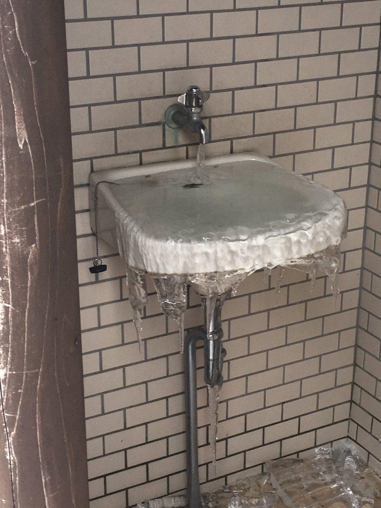 いっぱい! 洗面台が溢れるほど固まった氷がすごい(笑)