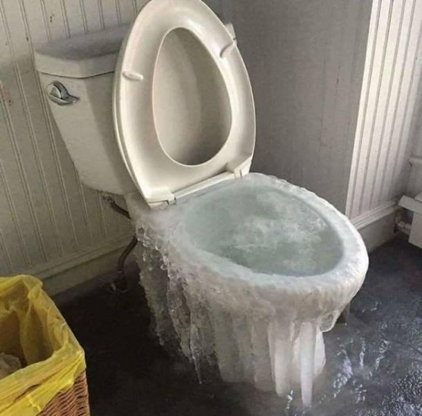 フリーズ! 水が溢れてるトイレが凍った結果(笑)