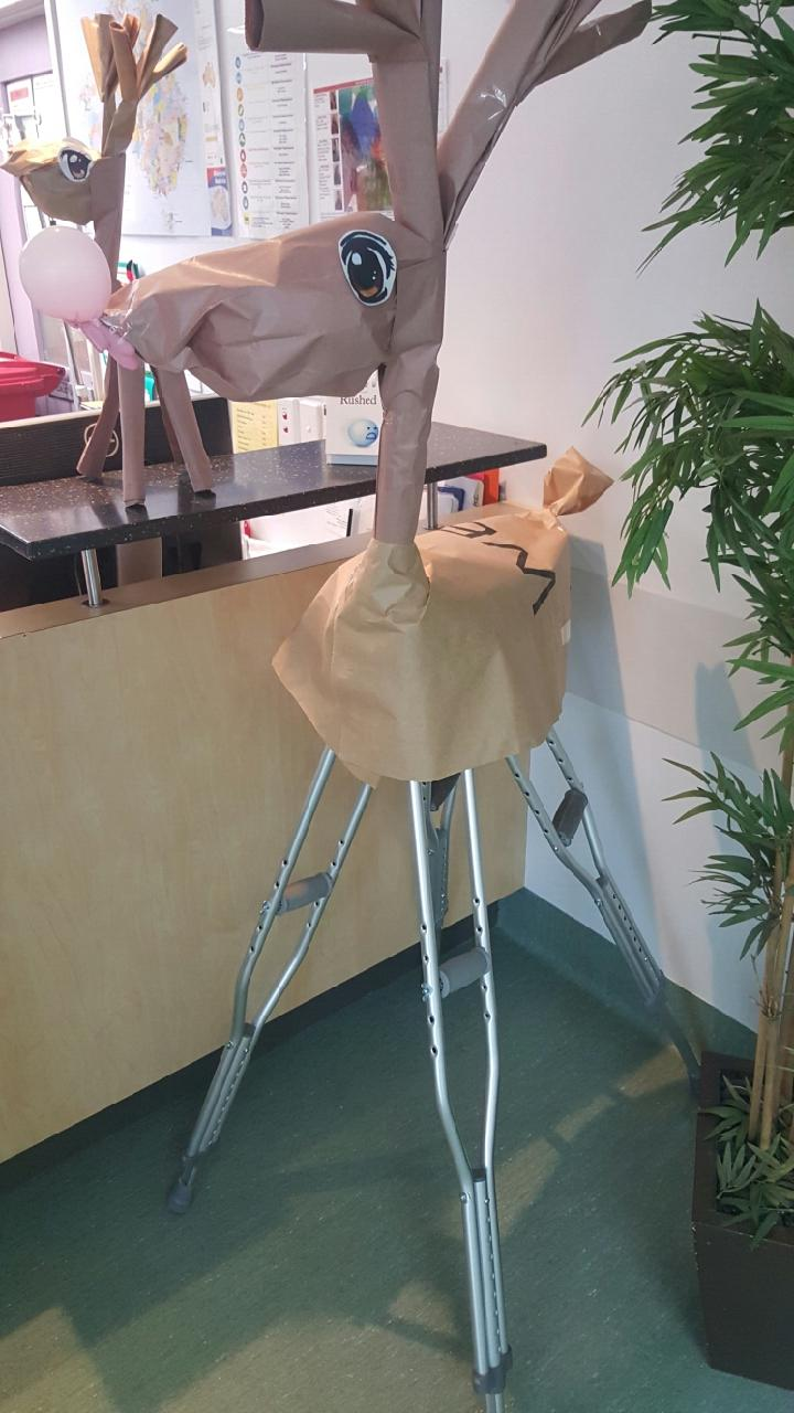 いいね! クリスマスに病院スタッフが飾った松葉杖トナカイが素敵(笑)