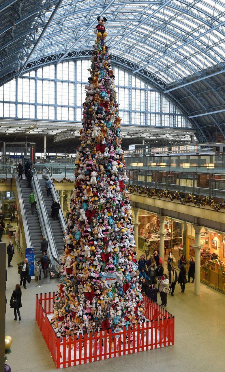 2,000体のぬいぐるみ! ロンドンのセントパンクラス駅に設置されたクリスマスツリー(笑)
