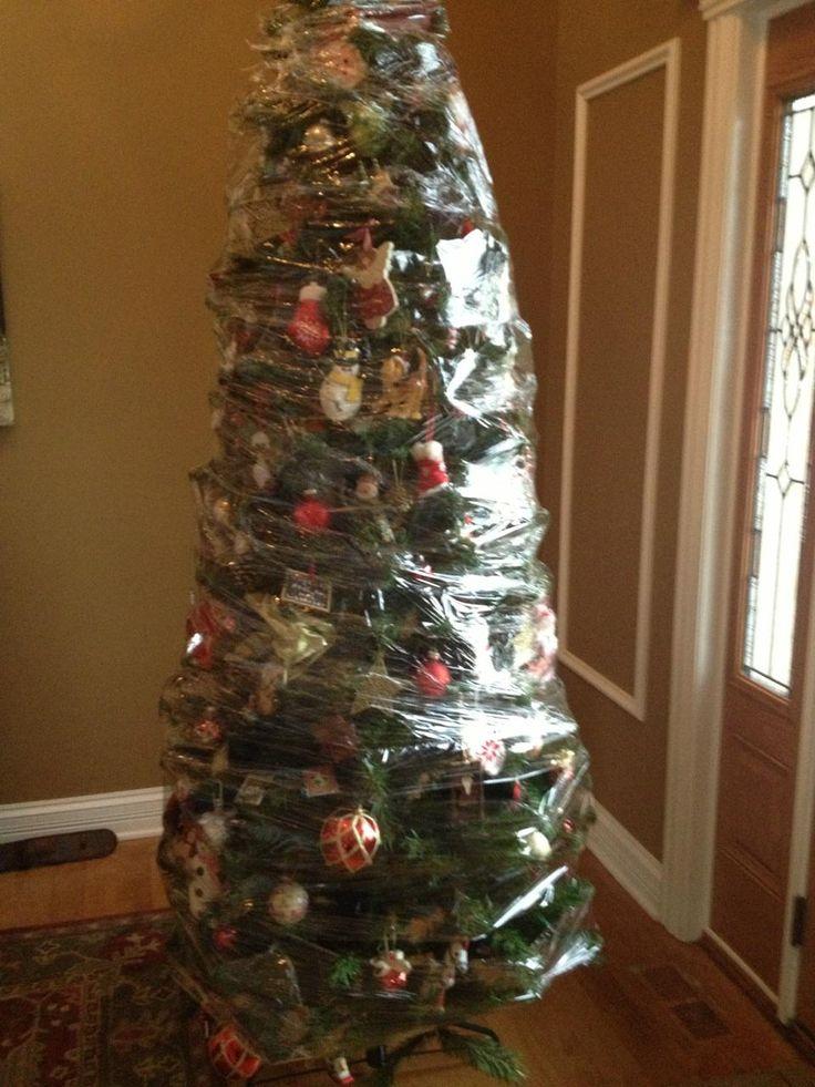 完璧! 猫対策のためにラップでぐるぐる巻きにされたクリスマスツリー(笑)