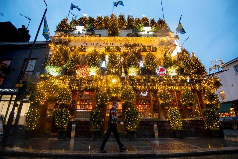 美しい! ロンドンのチャーチルアームズのクリスマスイルミネーションがキレイすぎ(笑)