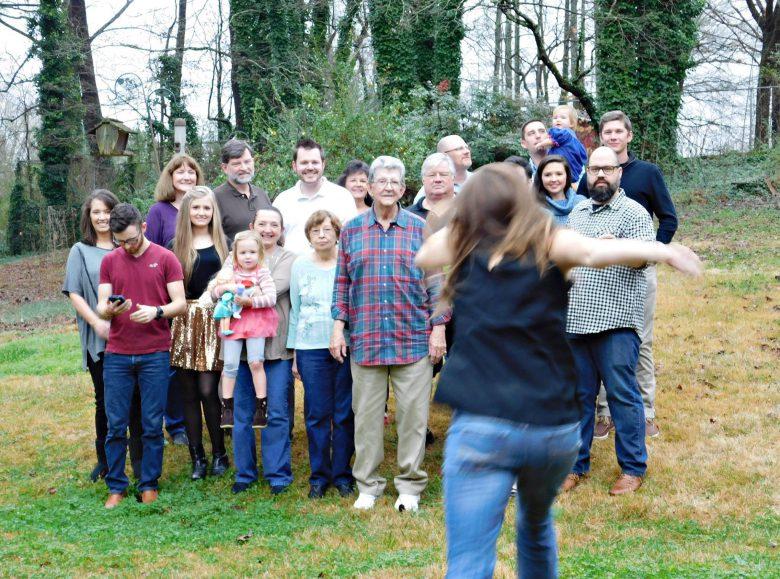 ダッシュ! 家族のクリスマス写真撮影のためにセルフタイマーをセットしたものの(笑)