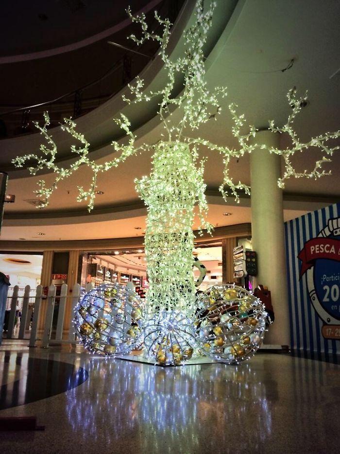キレイ! なのになんか違う海外の美しいクリスマスツリー(笑)