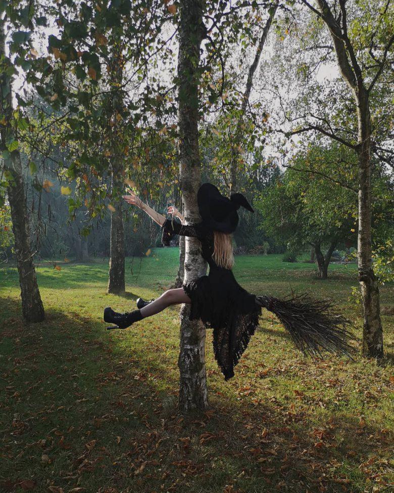 【おもしろコスプレ画像】前方不注意で木にぶつかる魔法使いコスプレがおもしろい(笑)
