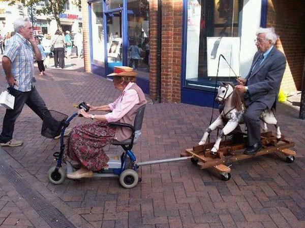 え? シニア向け電動自転車に四輪車を付けて街中を走るカップル(笑)