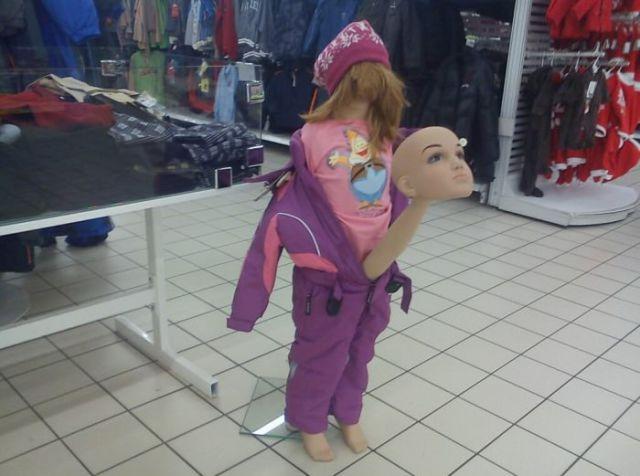そこ? 海外のショップで見かけた変なところから顔を出すマネキン(笑)