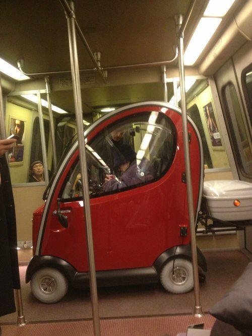 これありなの? 海外で1人乗り自動車で電車に乗るおばあちゃん(笑)