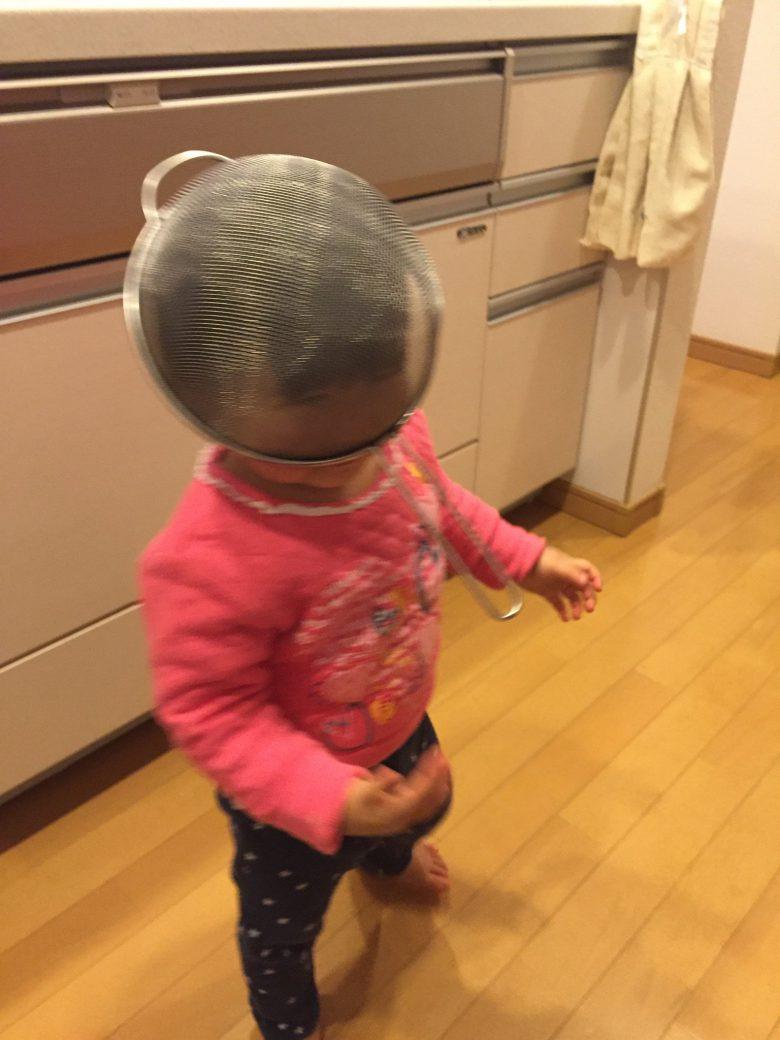 将来有望! 調理用ザルをフェンシングのマスクに見立てる子ども(笑)