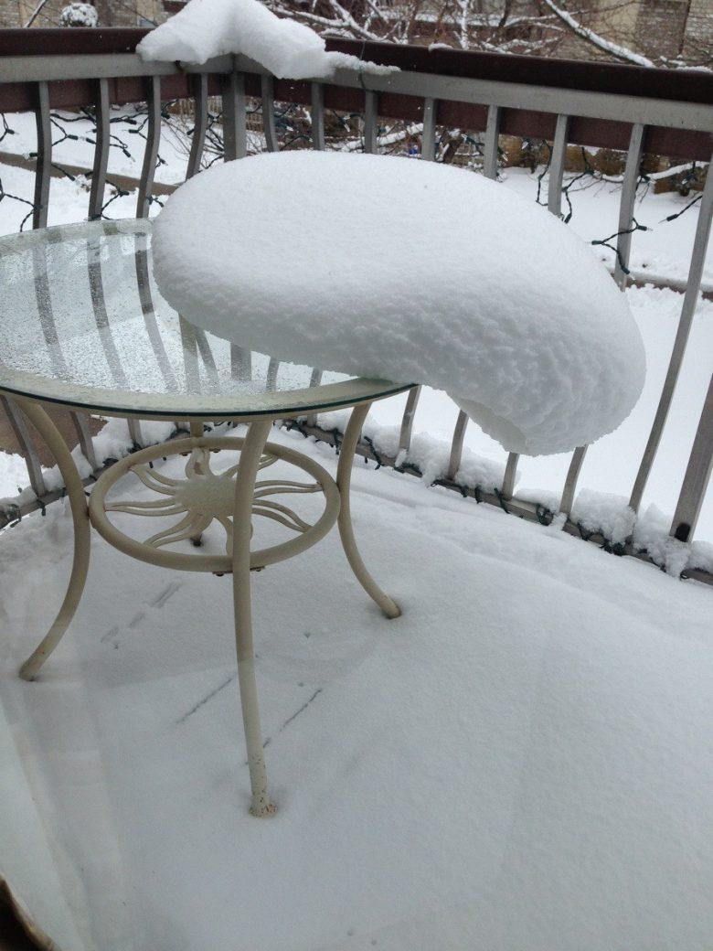 落ちる! バルコニーのテーブルから落ちそうなもっちもちな雪(笑)