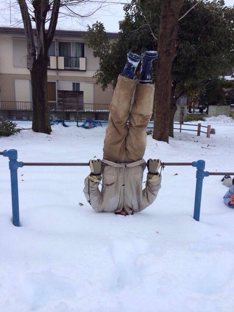 ズボッ! 雪の日に公園の鉄棒で逆上がりをしたらすごいことに(笑)
