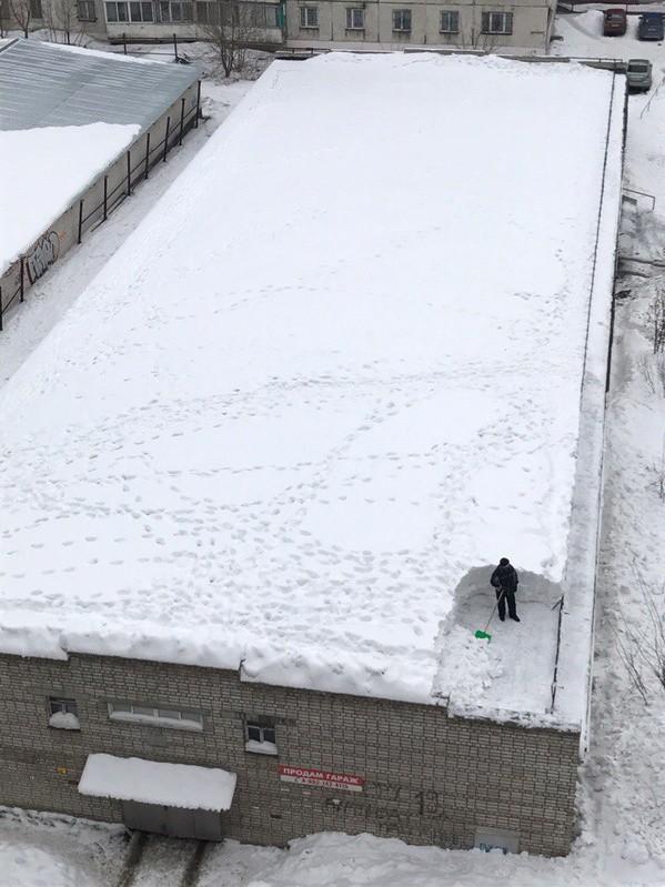 しんどい! 嫌になるぐらい進まない建物屋上の除雪(笑)