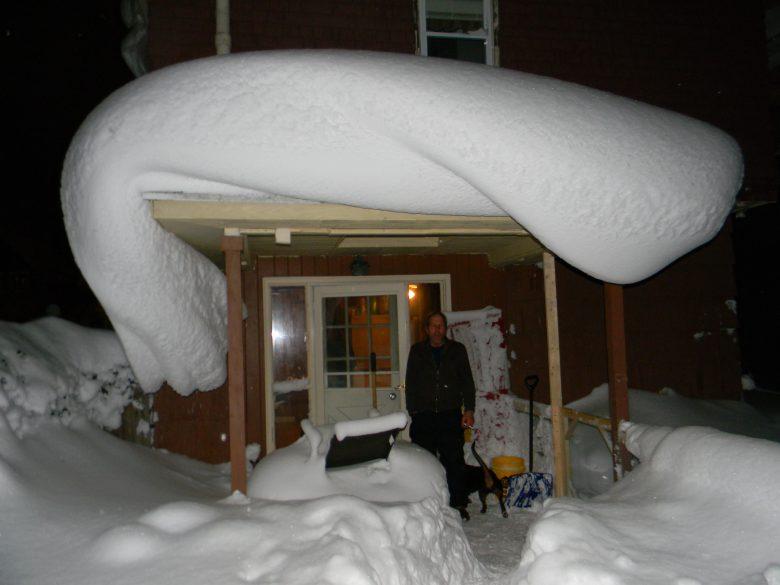 ぐにゃ! 屋根に積もった、まるで液体のような雪(笑)
