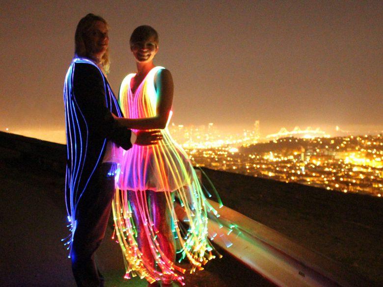 光ファイバーで作られたドレスが美しい(笑)