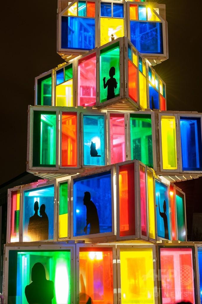 オシャレ! 古い窓枠を再利用して作られたエストニアのクリスマスツリー(笑)