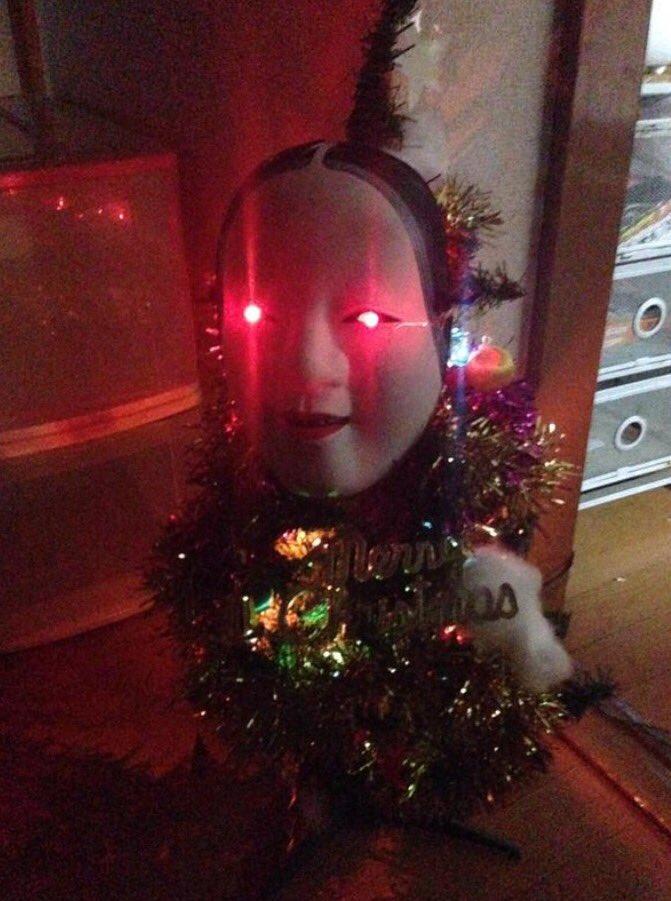 ひいぃ! クリスマスツリーに能面を付けたら完全にホラー(笑)