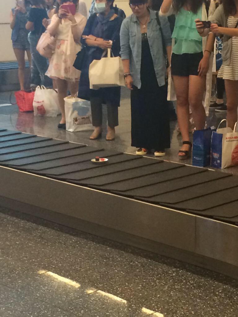 え? 羽田空港の手荷物受取所に流れてきた寿司にみんなびっくり(笑)