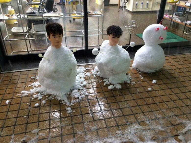 怖い! 床屋前にあったリアルすぎる雪だるま(笑)