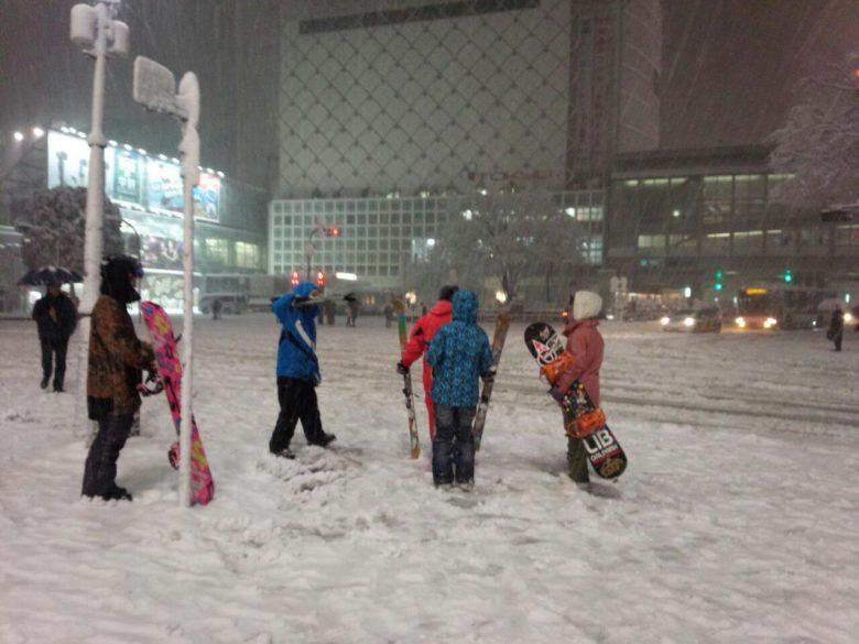 まじ? 東京大雪で渋谷スクランブル交差点でスキーやスノボーを楽しもうとする人たち(笑)