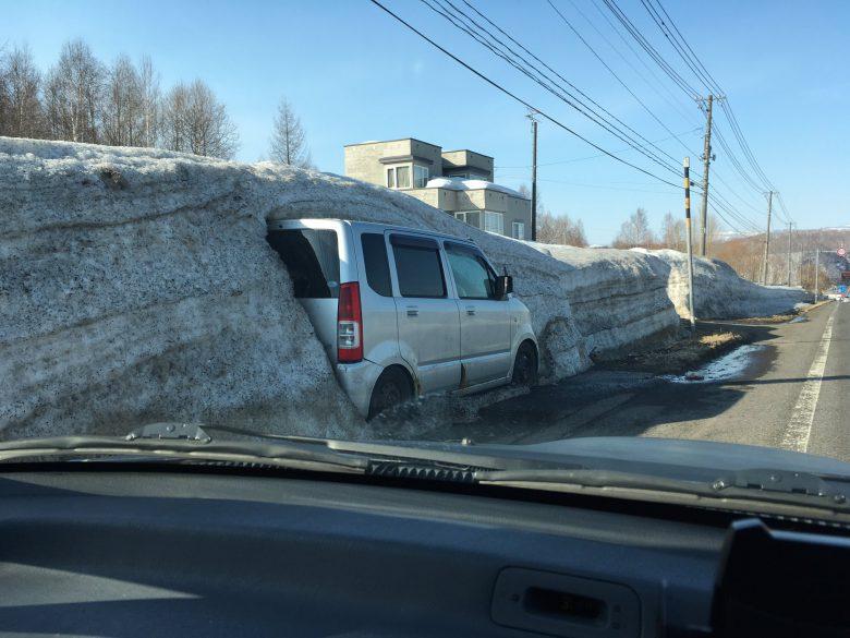 出れない! 北海道で見かけた雪に埋まる自動車がまるで化石発掘(笑)