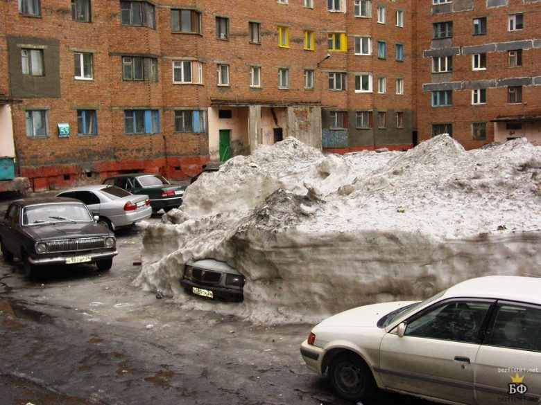 休眠! ロシアモスクワで自動車が冬眠しています(笑)