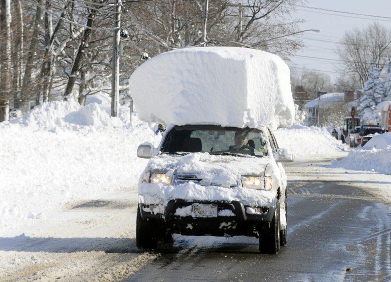 問題なし! 大雪が自動車の上に乗っているのに気にしない運転手(笑)