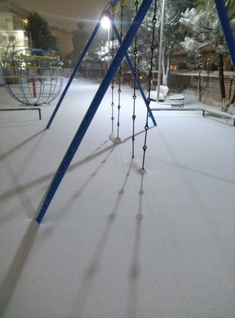 積もりすぎ! 大雪で公園のブランコが埋もれる(笑)