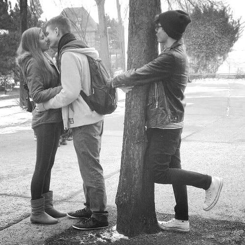 キスするカップルの横で木にキスするぼっち(笑)