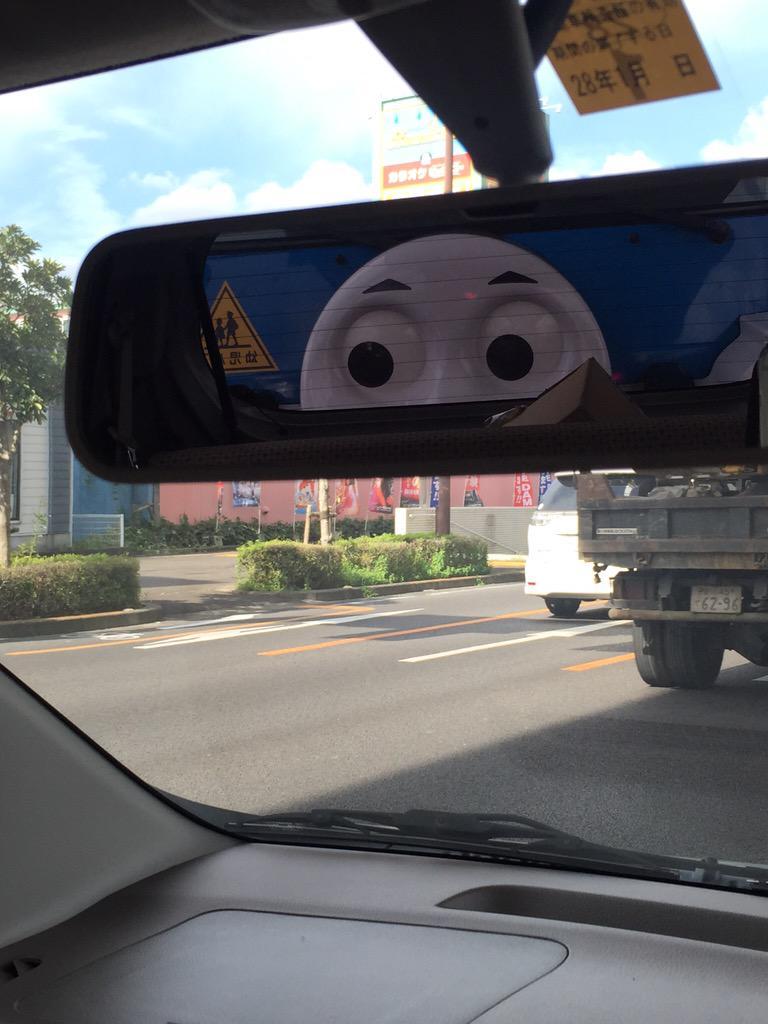信号で停車中にバックミラーに写ったトーマスにびっくり(笑)