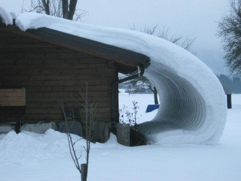 ズルッ! 屋根の上から滑り落ちる雪が作った芸術的なアート(笑)