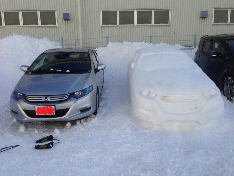 すごい! 自動車インサイトの隣にそっくりな雪だるま(笑)