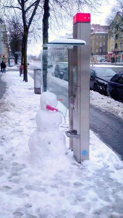 もしもし! 公衆電話で誰かに電話する雪だるま(笑)