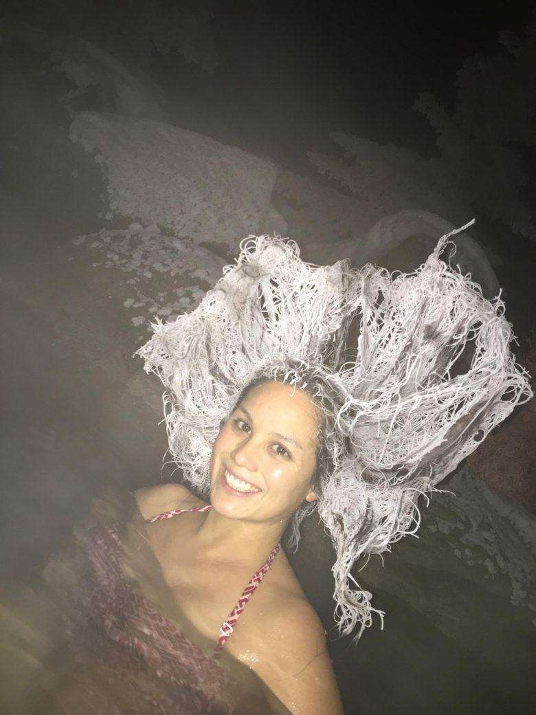 クール! マイナス29度の中、アラスカのチナ温泉で驚きのヘアスタイル(笑)
