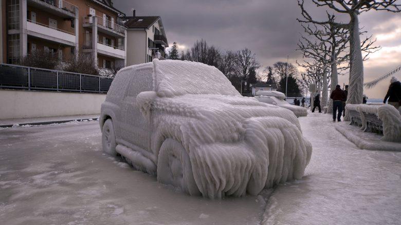凍結! スイスヴェルソワのレマン湖沿いに駐車した車が芸術的に凍る(笑)