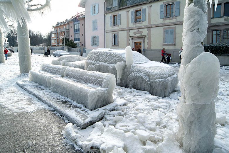 スイスヴェルソワのレマン湖沿いで凍った自動車