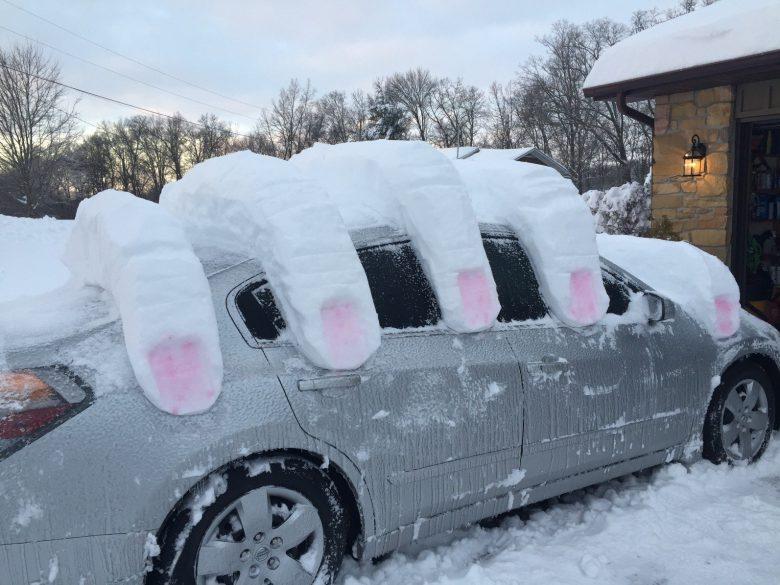 巨人! 自動車を片手で掴む雪アート(笑)