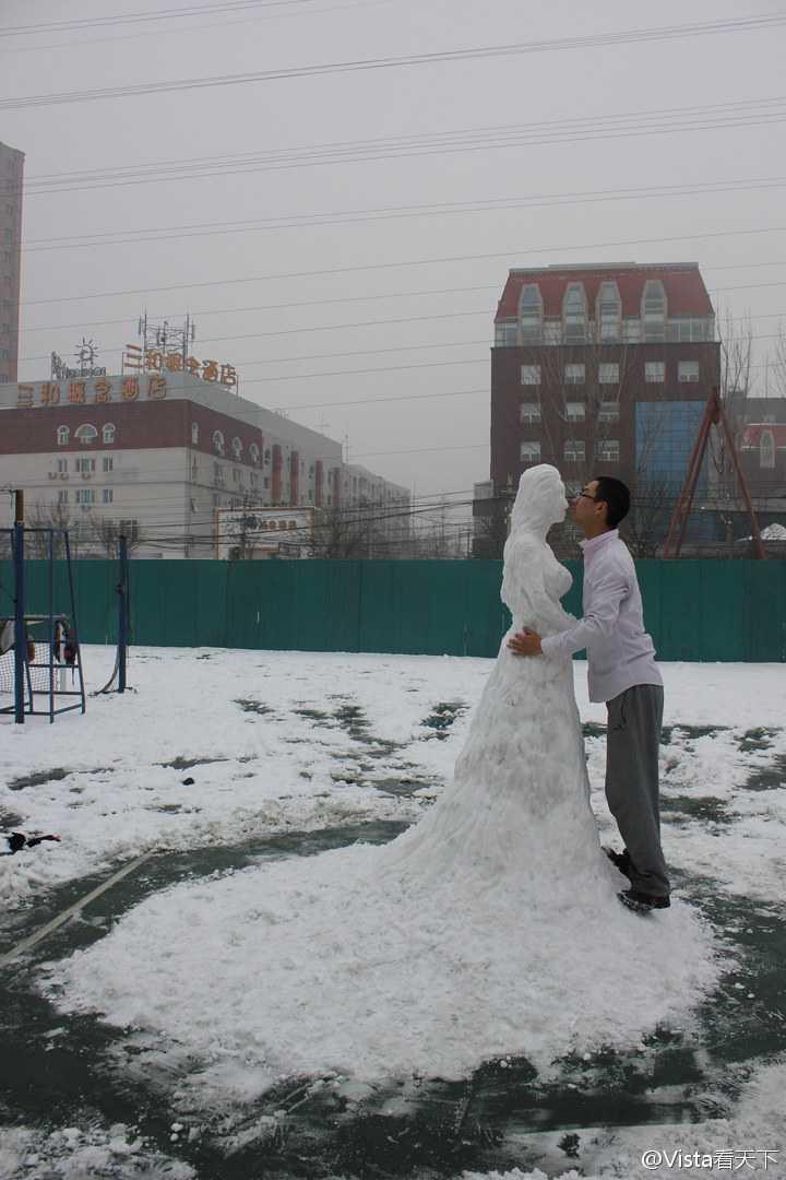 悲しい! 雪でウェディングドレスを着た美しい女性を作って、模擬結婚式をする男性(笑)