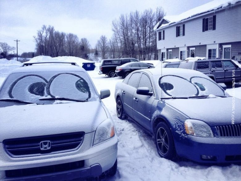 チラッ! 雪が降った駐車場の車のフロントガラスにおもしろい落書き(笑)