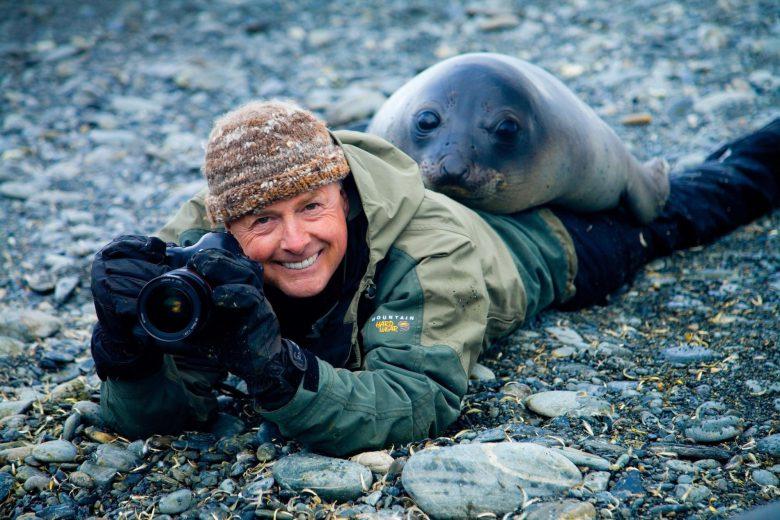 アザラシになつかれるアメリカの写真家Art Wolfeさん(笑)