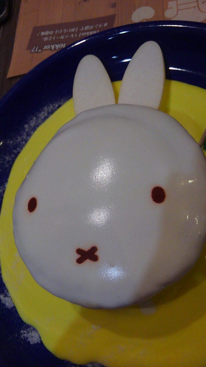 ミッフィーカフェのパンケーキを切ったらエヴァの使徒に(笑)