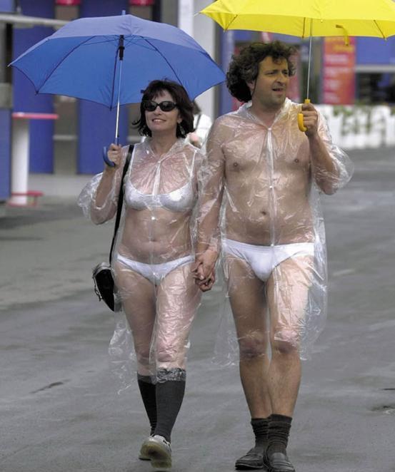 裸でレインコートを着て傘を差す外国人カップル(笑)