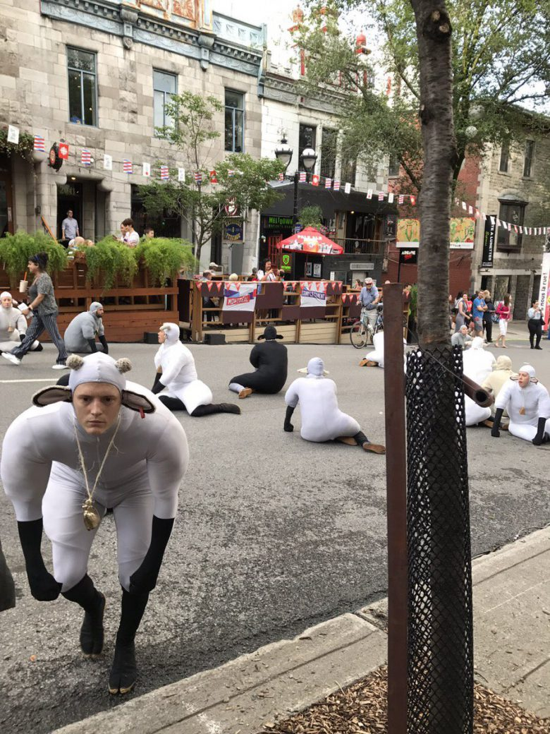 【おもしろコスプレ画像】カナダの羊に扮したコスプレ集団がカオス