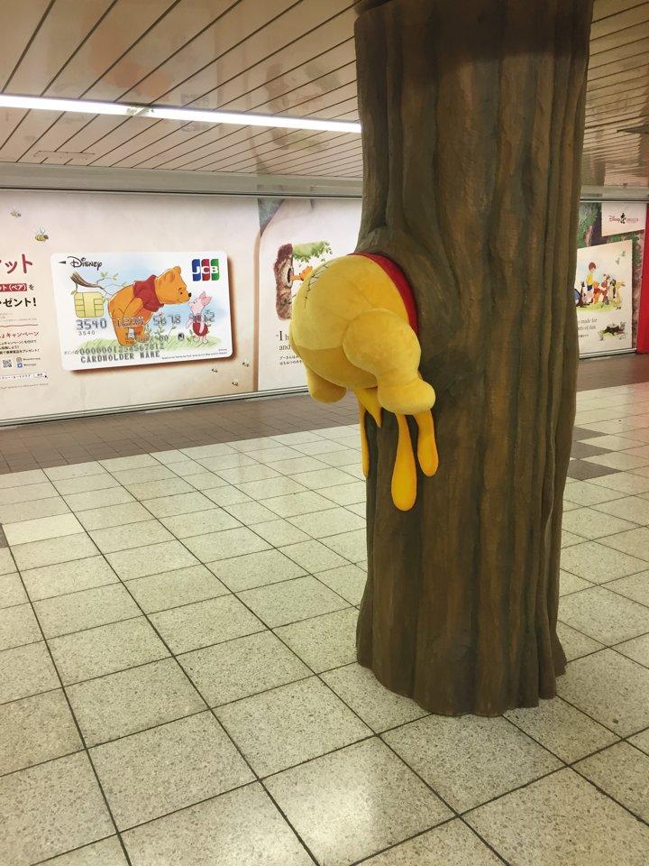 新宿地下通路で木の穴にはまるプーさん(笑)