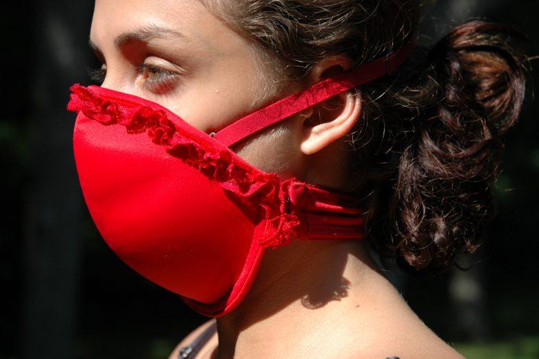 非常時にガスマスクになる「エマージェンシー・ブラ」(笑)