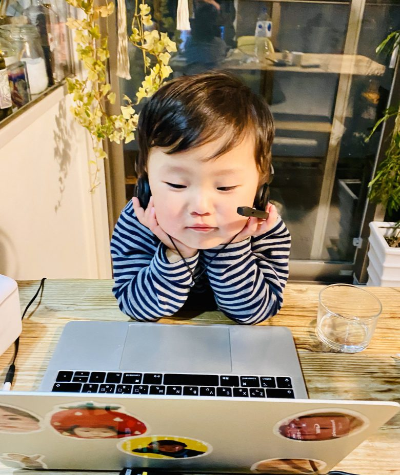 【オンライン飲み会に参加する子どもおもしろ画像】オンライン飲み会に主体的に参加する子ども(笑)