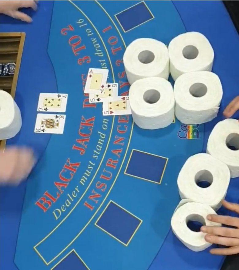 【コロナで起きたおもしろ画像】カジノでトイレットペーパーをチップ代わりにブラックジャック(笑)