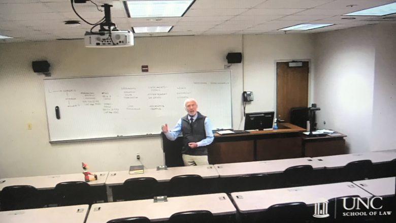 【コロナ禍ビデオ講義おもしろ画像】日に日に人形が増えていく教授のビデオ講義にほっこり(笑)