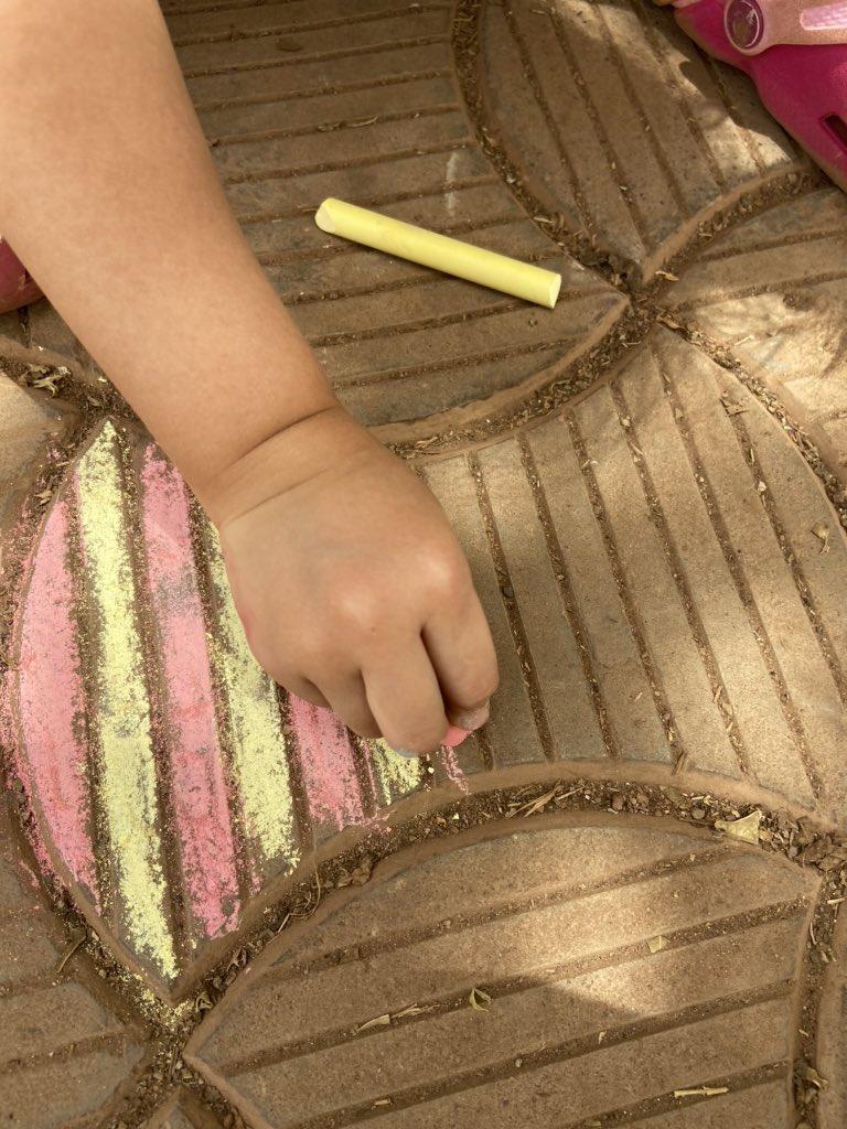 【コロナ禍の子どもチョークアートおもしろ画像】新型コロナによる休園で4歳児が描いた美しいチョークアート(笑)