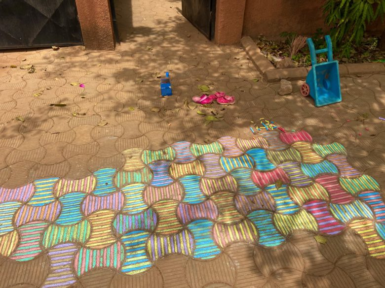 【コロナで起きたおもしろ画像】新型コロナによる休園で4歳児が描いた美しいチョークアート(笑)